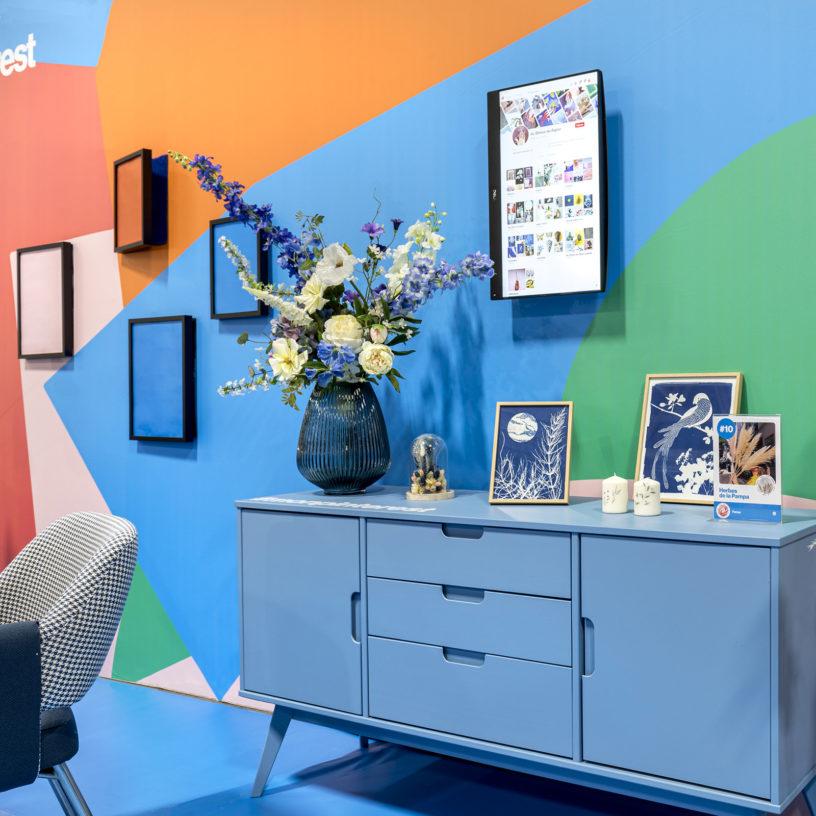 Label Experience : commode bleu dans l'espace déco du stand Pinterest au salon Création & Savoir-faire