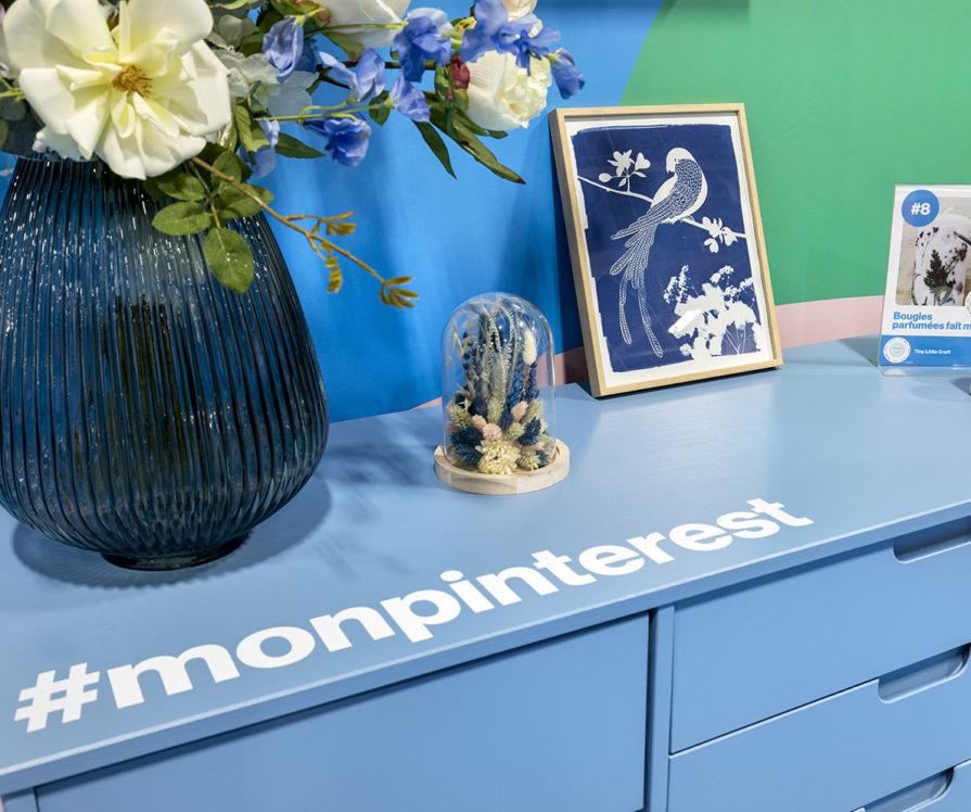 Label Experience : zoom sur la commode bleu dans l'espace déco du stand Pinterest au salon Création & Savoir-faire