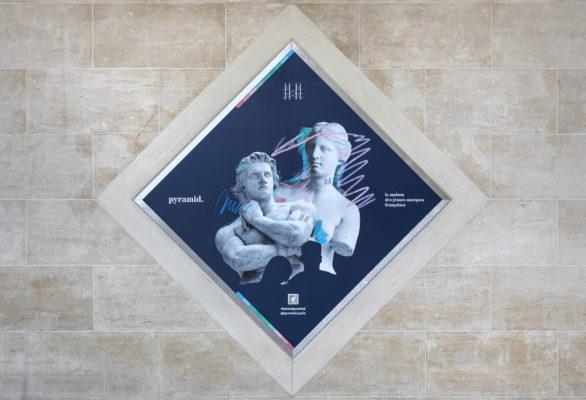 Label Experience : Affiche décorative carré représentant l'identité visuelle de l'enseigne pour le pop-up store de « Pyramid » au Carrousel du Louvre.