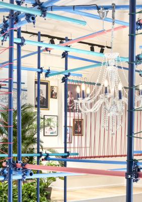 Label Experience : Focus sur tubes colorés représentatif de l'identité visuelle de l'enseigne et lustre en arrière plan pour le pop-up store de « Pyramid » au Carrousel du Louvre.