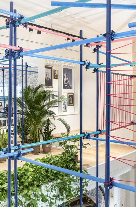 Label Experience : Focus sur le côté des tubes brutes colorés représentatif de l'identité visuelle au pop-up store de « Pyramid » au Carrousel du Louvre.