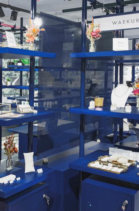 Label Experience: Focus sur étagère d'un rayon du pop-up store de « Pyramid » au Carrousel du Louvre.