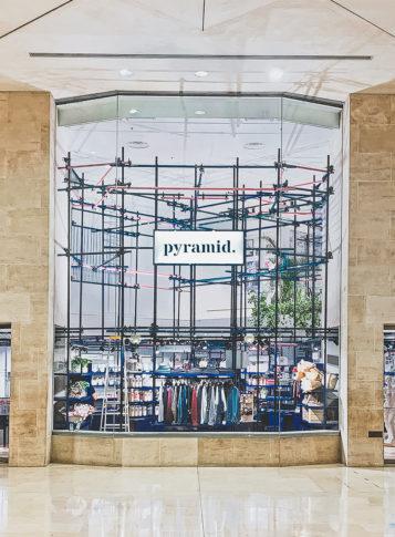 Label Experience: Façade du pop-up store pour l'enseigne « Pyramid » au Carrousel du Louvre.