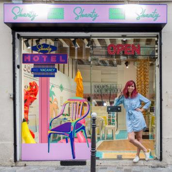 Label Experience: Shanty devant la vitrine du pop-up Shanty Biscuits à Paris.