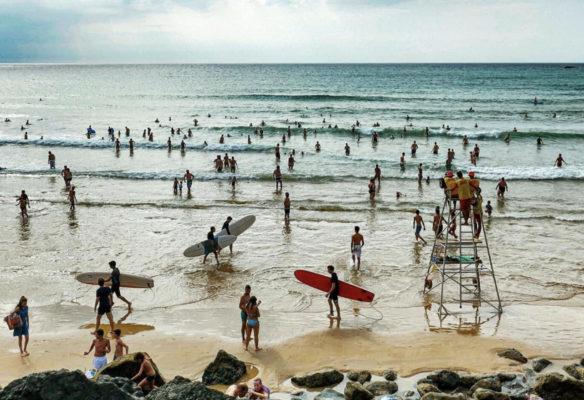 Label Experience: Paysage d'une plage de surfeur à Biarritz, lieu d'accueil de « Le Connecteur »