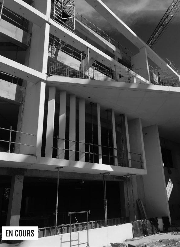 Label Experience: Image en noir et blanc de la vue de l'extérieur du chantier du tiers-lieu « Le Connecteur » du Crédit Agricole à Biarritz.