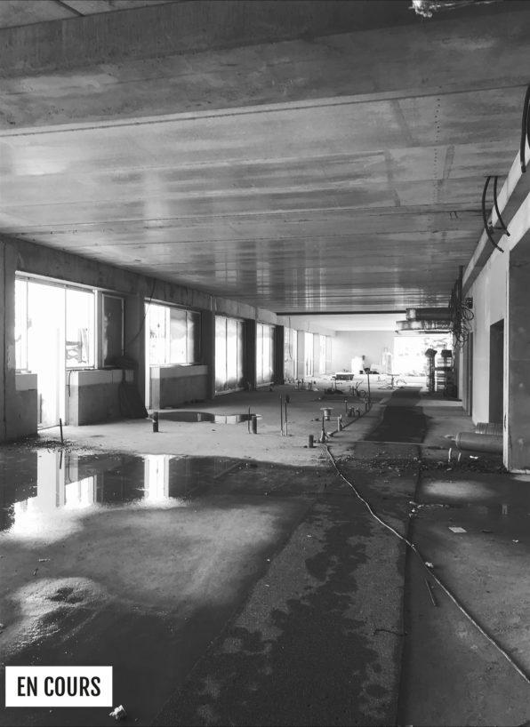 Label Experience: Image en noir et blanc de la vue de l'intérieur du chantier du tiers-lieu « Le Connecteur » du Crédit Agricole à Biarritz.