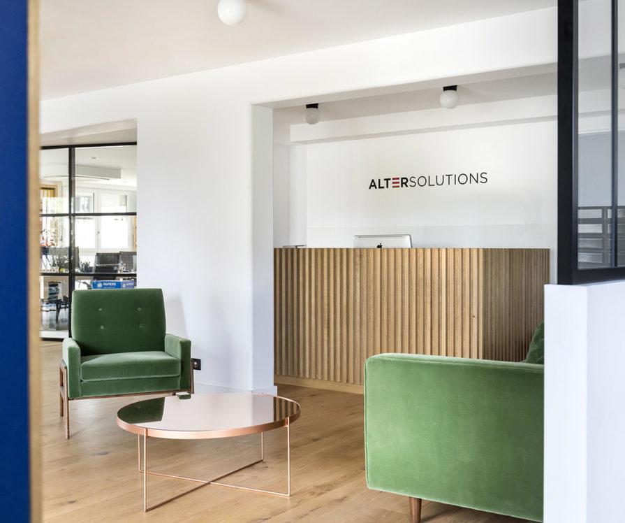 Label Experience: Accueil avec fauteuils en velours verts aux bureaux de « Alter Solutions » à Versailles.