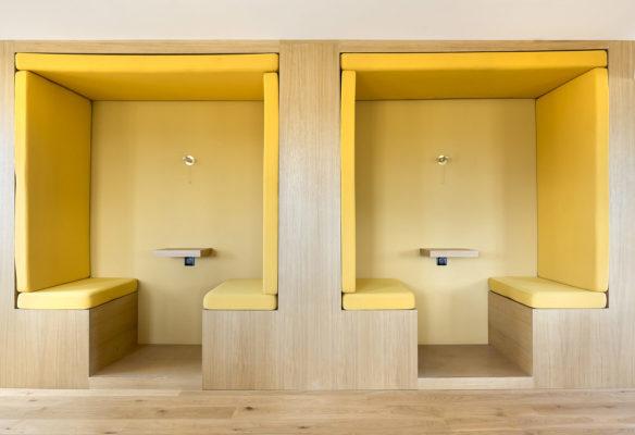 Label Experience: Cabines de réunion jaune vue de face dans les bureaux de « Alter Solutions » à Versailles.
