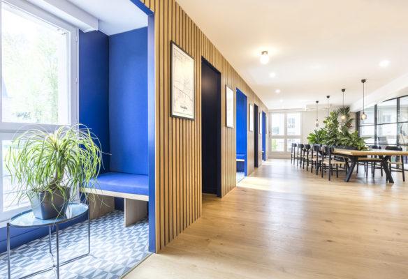 Label Experience: Cabines de réunion bleu vue de côté dans les bureaux de « Alter Solutions » à Versailles.
