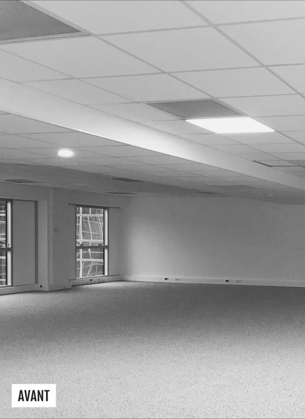 Label Experience: Image en noir et blanc du chantier avant des bureaux de « Alter Solutions » à Versailles.