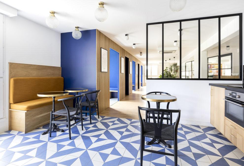 Label Experience: Prisse de vue de l'espace de restauration avec cabines d'isolation en arrière plan dans les bureaux de « Alter Solutions » à Versailles.