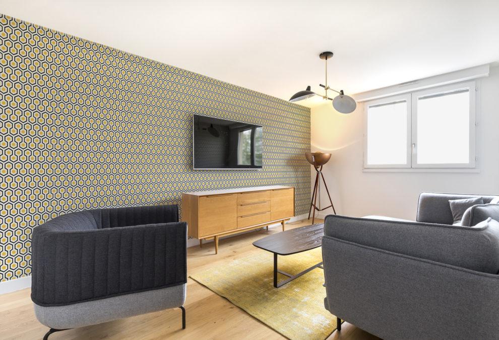 Label Experience: Salle de détente avec canapés et télévision dans les bureaux de « Alter Solutions » à Versailles.