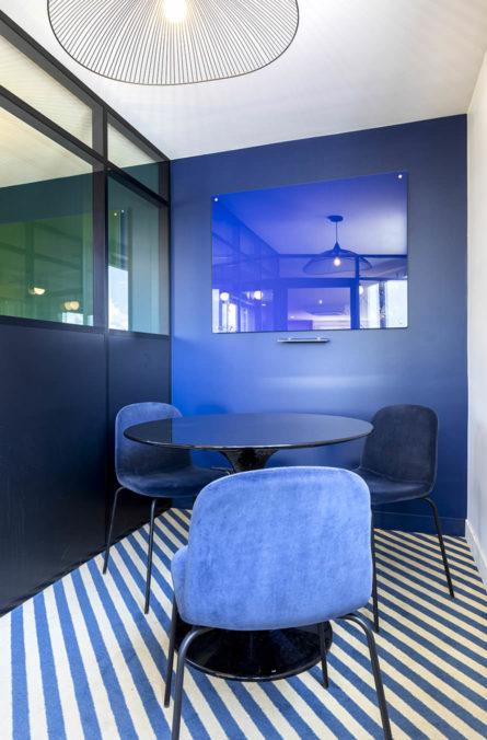Label Experience: Focus sur salle de réunion derrière vitrine dans les bureaux de « Alter Solutions » à Versailles.