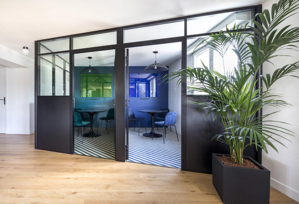 Label Experience: Vue globale de deux salles de réunion en vitrine dans les bureaux de « Alter Solutions » à Versailles.