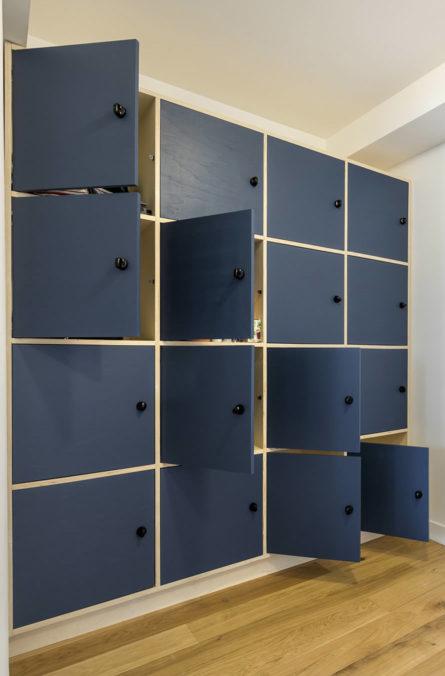 Label Experience: Cassiers de rangement dans les bureaux de « Alter Solutions » à Versailles.