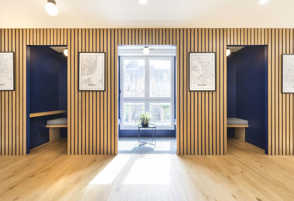 Label Experience: Grand espace d'isolation avec fenêtre dans les bureaux de « Alter Solutions » à Versailles.
