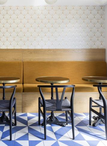 Label Experience: Espace restauration avec banquettes et tables bistrot dans les bureaux de « Alter Solutions » à Versailles.