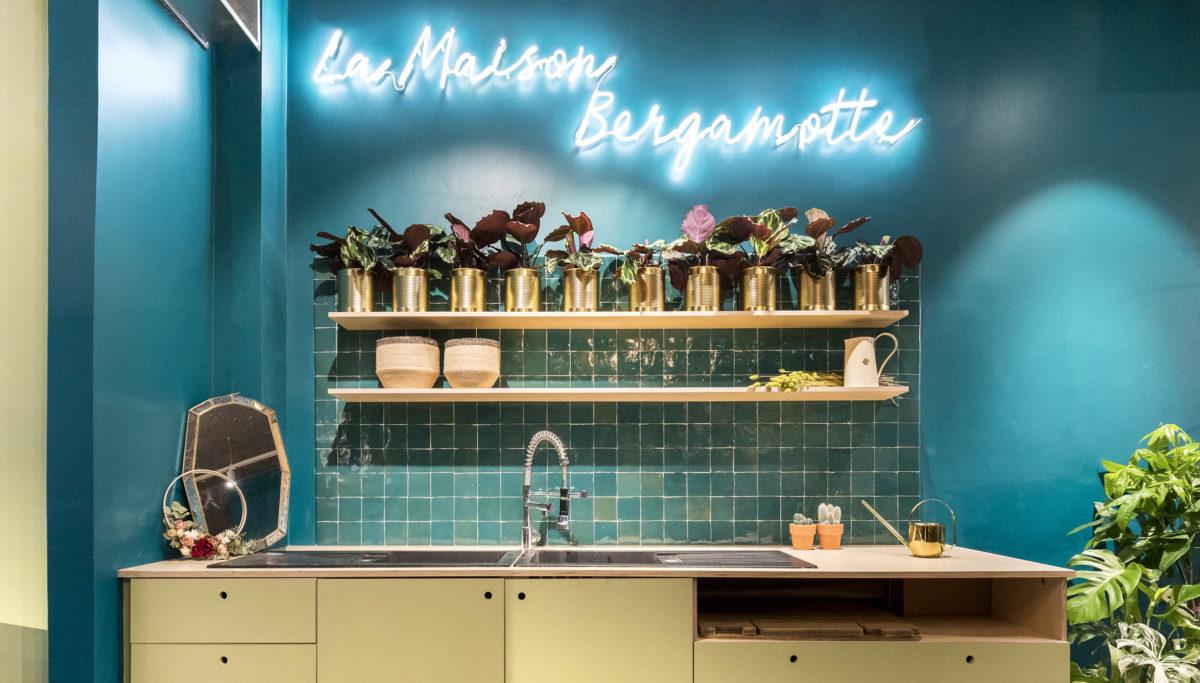 Label Experience: Focus d'un coin cuisine aux couleurs de la « Maison Bergamotte » à Paris.