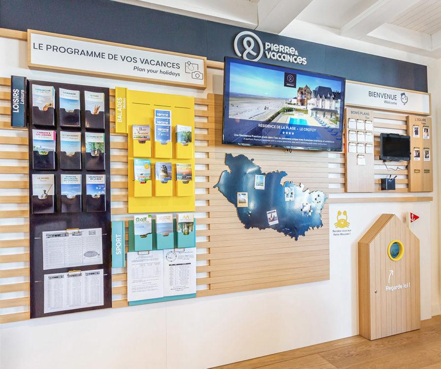 Label Experience : zoom sur le mur des régions dans le hall d'accueil du Pierre & Vacances au Crotoy