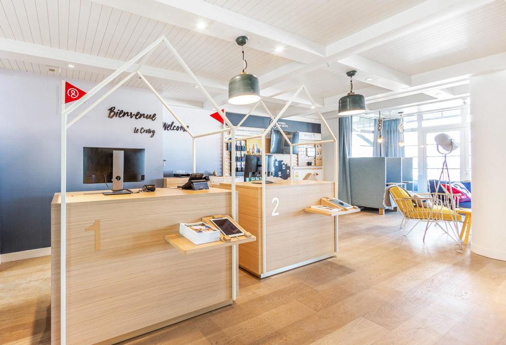 Label Experience : les comptoirs de réception dans le hall d'accueil du Pierre & Vacances au Crotoy