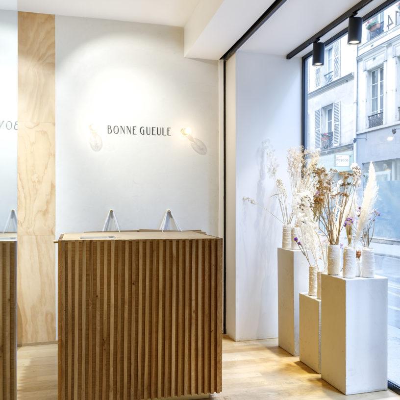 Label Experience: Partie lumineuse avec fleurs séchées de la boutique « Bonne Gueule » à Paris.