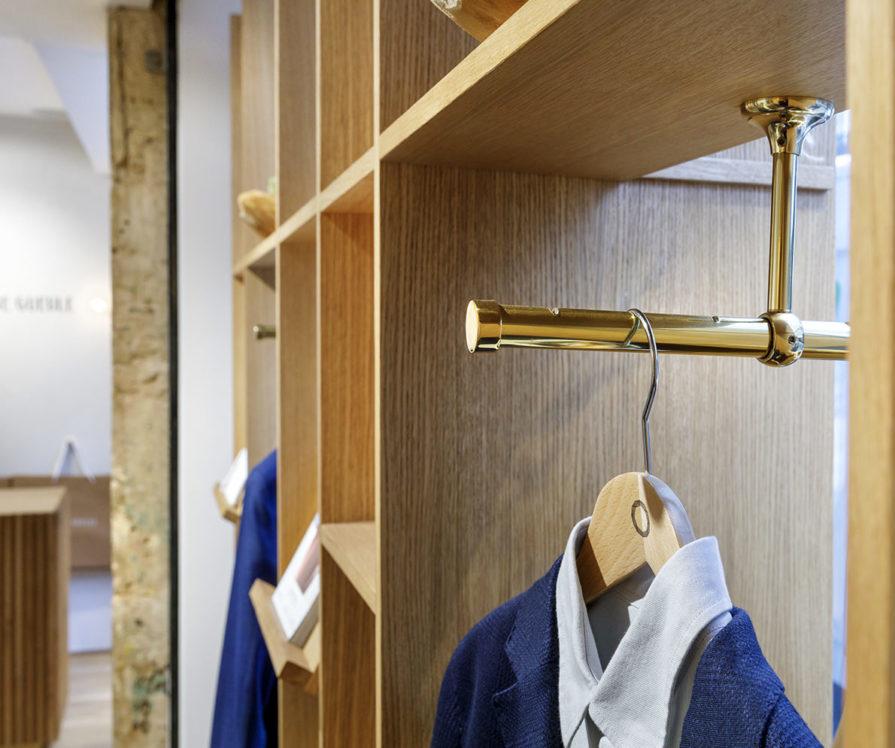 Label Experience: Focus costumes sur cintres de la boutique « Bonne Gueule » à Paris.