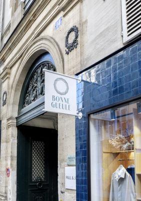 Label Experience: Devanture avec affichage de la boutique « Bonne Gueule » à Paris.
