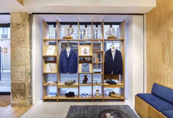 Label Experience: Vitrine avec bibliothèque en bois de la boutique « Bonne Gueule » à Paris.