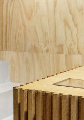 Label Experience: Corner de présentoir en bois de la boutique « Bonne Gueule » à Paris.