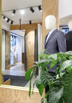 Label Experience: Mannequin, plante et miroirs de la boutique « Bonne Gueule » à Paris.