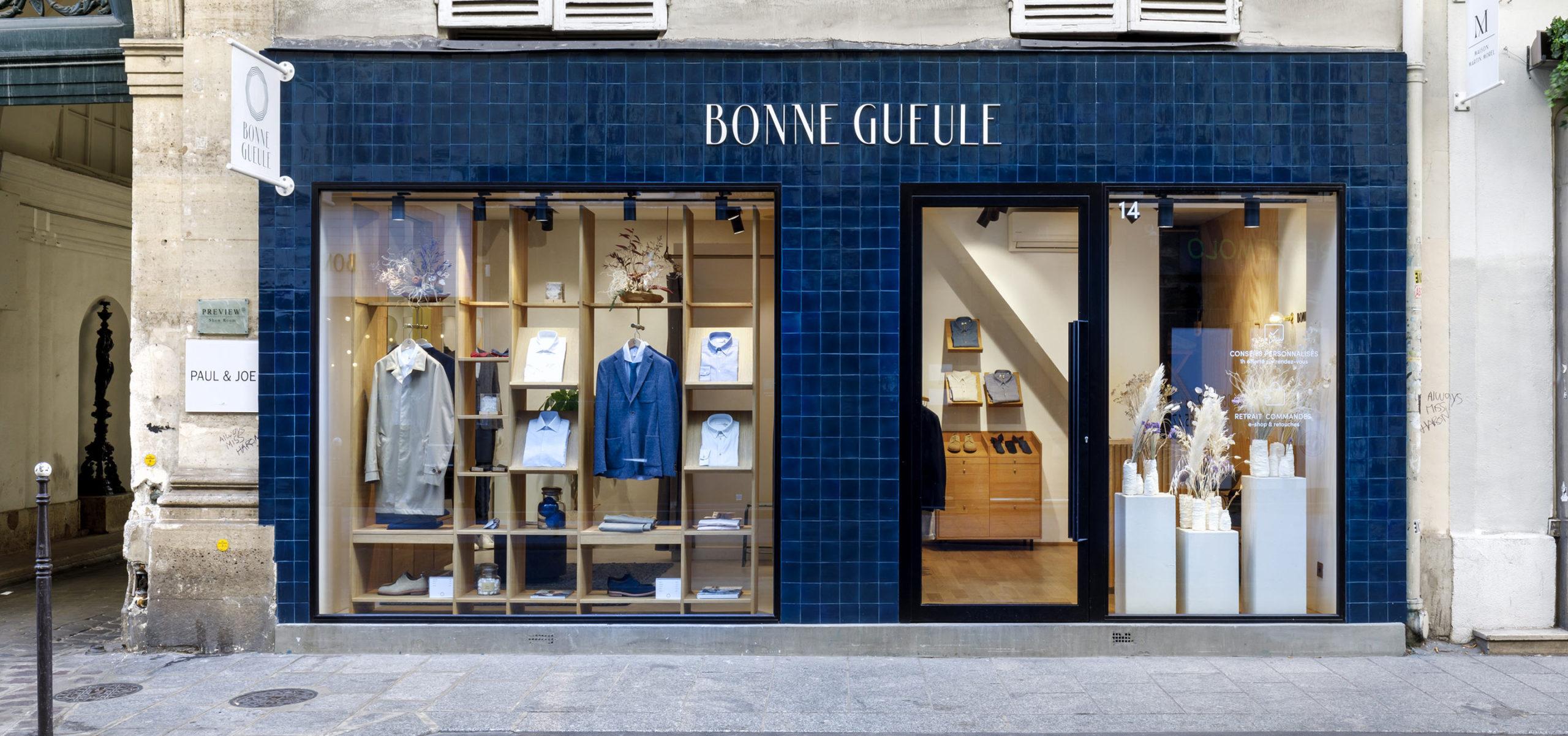 Label Experience: Devanture bleu avec deux baies vitrées de la boutique « Bonne Gueule » à Paris.