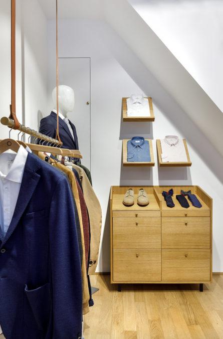 Label Experience: Exposition de collection sur portant et étagères de la boutique « Bonne Gueule » à Paris.