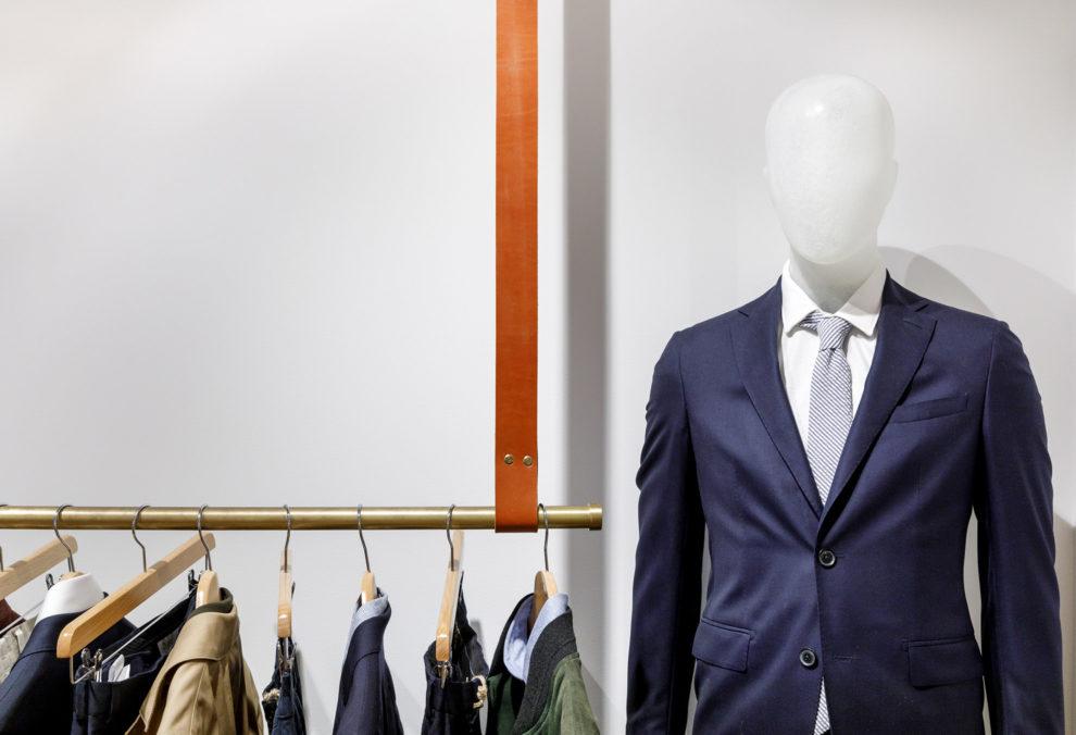 Label Experience: Focus costumes sur portant et mannequin de la boutique « Bonne Gueule » à Paris.