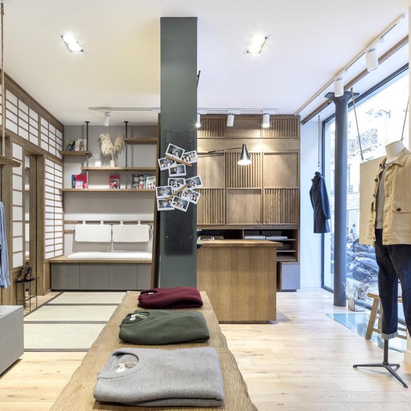 Label Experience: Intérieur en bois au style minimaliste de la boutique « Bonne Gueule » à Paris.