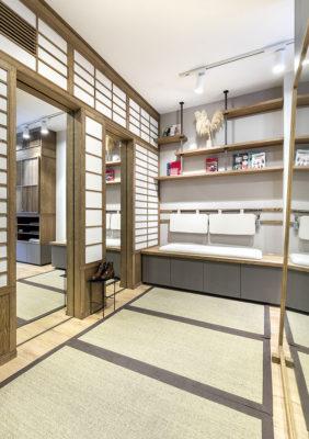 Label Experience: Espace détente avec banquette de la boutique « Bonne Gueule » à Paris.