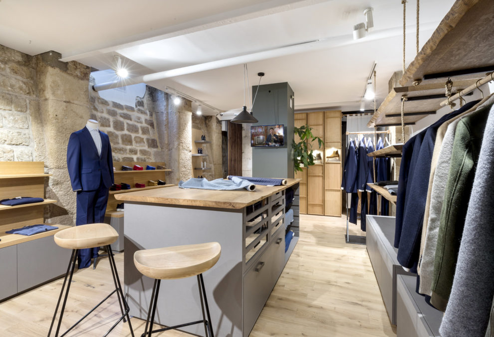 Label Experience: Sous-sol avec îlot central de la boutique « Bonne Gueule » à Paris.