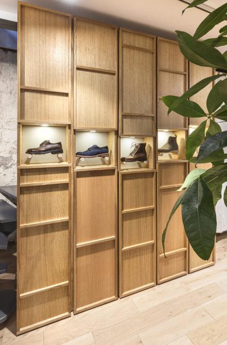 Label Experience: Chaussures homme dans présentoir en bois de la boutique « Bonne Gueule » à Paris.