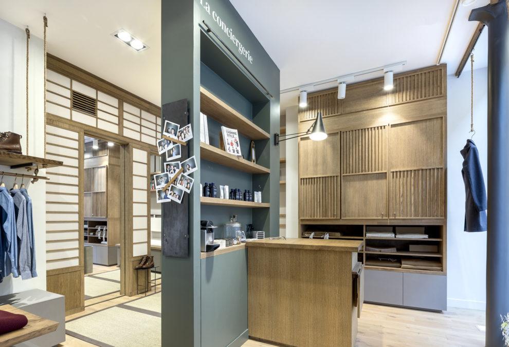 Label Experience: Bibliothèque avec accessoires et photos de la boutique « Bonne Gueule » à Paris.