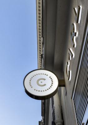 Label Experience : signalétique extérieur de la boutique Carlotti à Paris dans le Marais