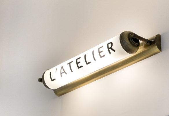 Label Experience : focus sur la signalétique lumineuse à l'intérieur de la boutique Carlotti à Paris dans le Marais