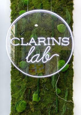 Label Experience : un mur végétal dans le pop-up Clarins Lab à Paris