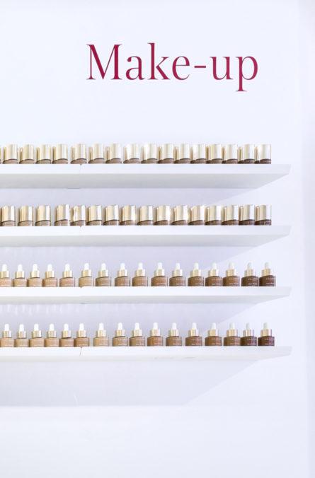 Label Experience : zoom sur le mur de make-up dans le pop-up Clarins Lab à Paris