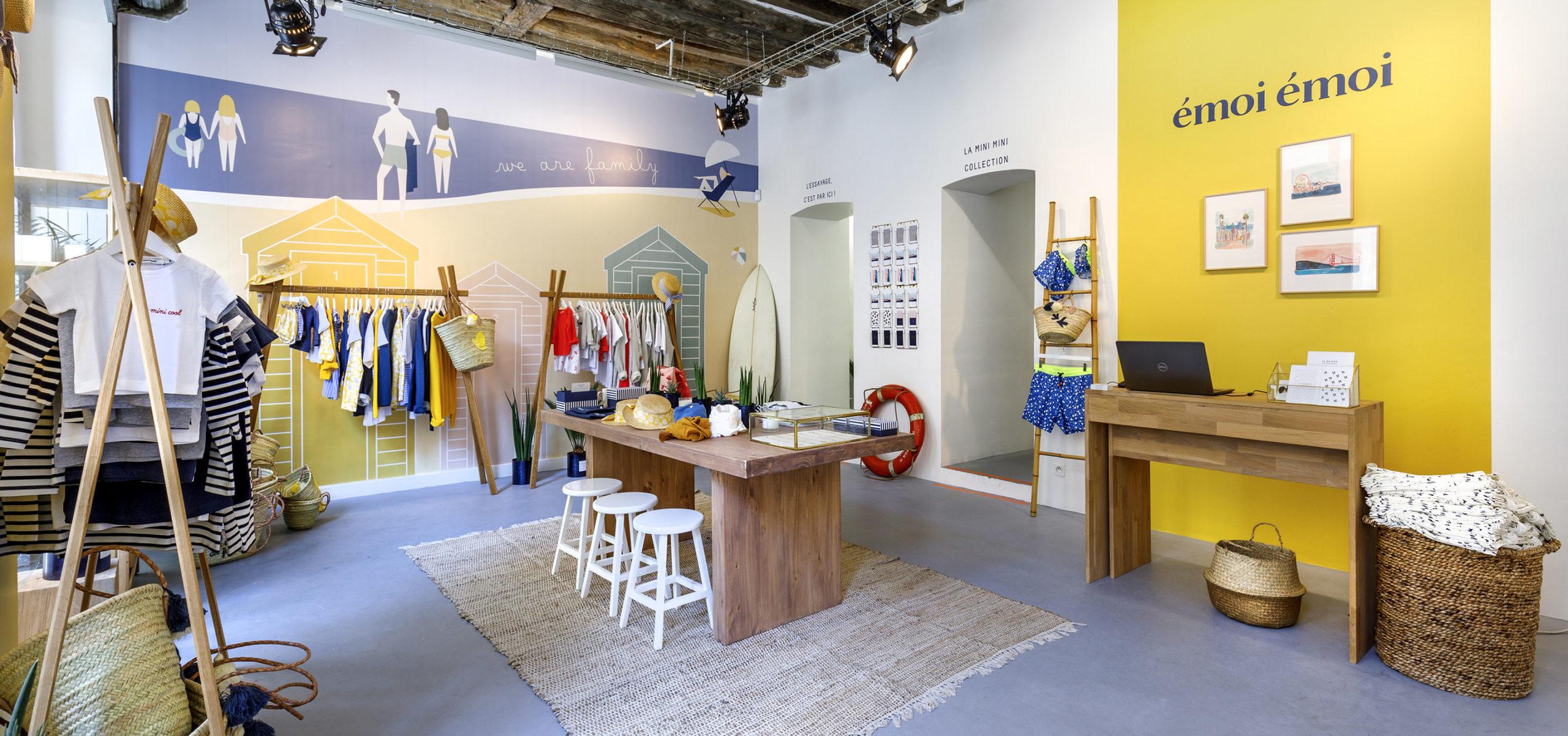 Label Experience: Ambiance plage aux couleurs jaune et bleu du pop-up « émoi émoi » à Paris.