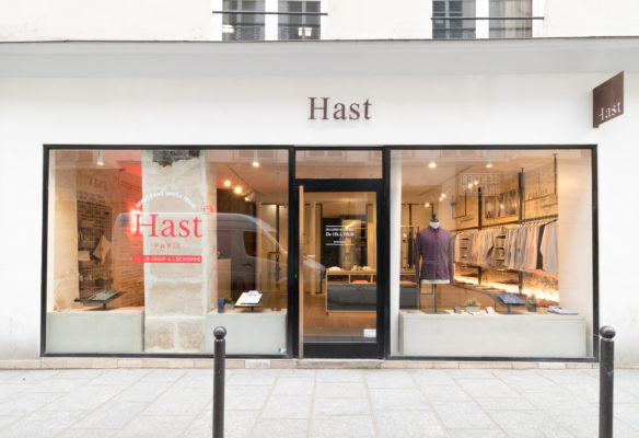 Label Experience: Point de vue depuis la vitrine de la boutique « Hast » rue d'Aboukir à Paris.