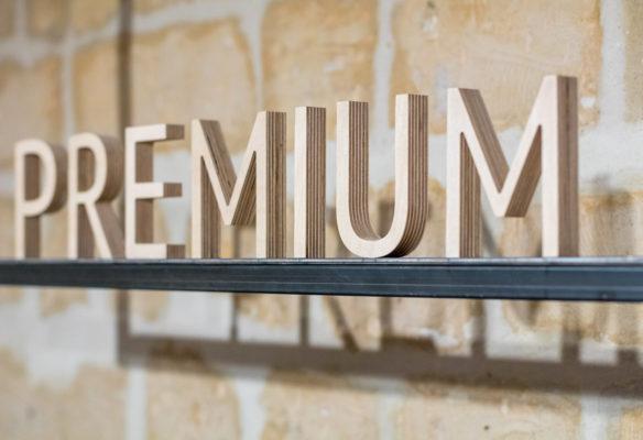 Label Experience: Focus sur lettre en bois du mot « premium » de la boutique « Hast » rue d'Aboukir à Paris.