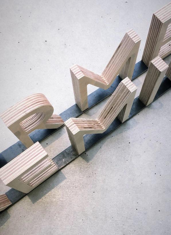 Label Experience: Lettres en bois vues d'en haut de la boutique « Hast » rue d'Aboukir à Paris.