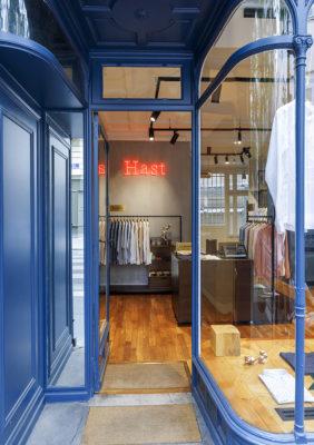 Label Experience: Image de l'entrée boutique « Hast » aux Batignolles.