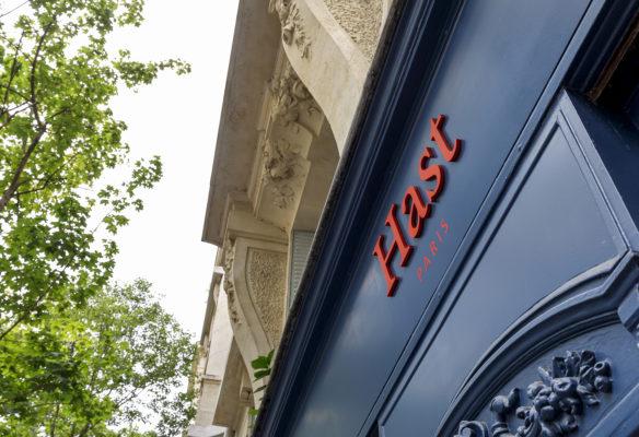 Label Expérience: Enseigne extérieure sur la façade de la boutique « Hast » aux Batignolles.