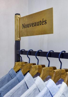 Label Expérience: Focus des nouveautés sur un portique dans la boutique « Hast » aux Batignolles.